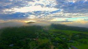 Mgłowy wschód słońca za górą z bujny krajobrazem zbiory wideo