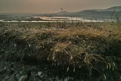 mgły domu krajobrazu ranek sylwetki drzewa Łąka Stromy skłon Trawa w przedpolu zdjęcie stock