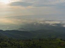 Mgły i chmury góry krajobraz z światłem słonecznym w ranku Obrazy Stock