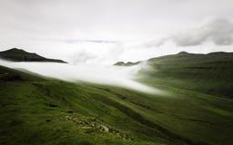 Mgły lying on the beach na górach Faroe wyspy, Dani, Europa długo ekspozycji Zdjęcia Royalty Free