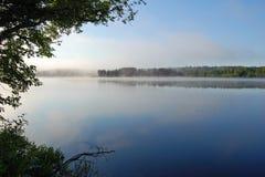 Mgły mgła nad jezioro zdjęcie stock