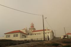 mgła Falezy Cabo da Roca na Atlantyckim oceanie w Sintra, Portugalia westernmost punkt na kontynencie Europa Obrazy Royalty Free