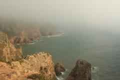 mgła Falezy Cabo da Roca na Atlantyckim oceanie w Sintra, Portugalia westernmost punkt na kontynencie Europa Obrazy Stock