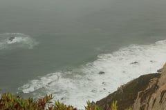 mgła Falezy Cabo da Roca na Atlantyckim oceanie w Sintra, Portugalia westernmost punkt na kontynencie Europa Zdjęcie Stock