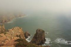 mgła Falezy Cabo da Roca na Atlantyckim oceanie w Sintra, Portugalia westernmost punkt na kontynencie Europa Fotografia Stock