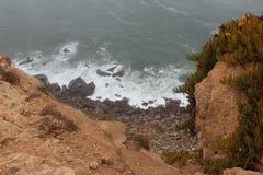 mgła Falezy Cabo da Roca na Atlantyckim oceanie w Sintra, Portugalia westernmost punkt na kontynencie Europa Zdjęcia Royalty Free