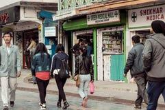MG MARG, Gangtok, Индия 3-ье января 2019: Сцена улицы в популярной дороге торгового центра MG Marg Gangtok город теперь в реально стоковое изображение