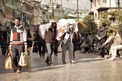 MG Marg Gangtok Sikkim India Grudzień, 26, 2018: Pracujący ludzi chodzi w ruchliwie MG Marg ulicie Selekcyjna ostrość zdjęcia royalty free