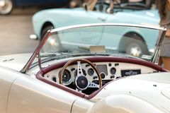 MG MGA 1960年- 61的方向盘和仪表板在葡萄酒汽车陈列的葡萄酒汽车在安科纳,意大利 库存图片