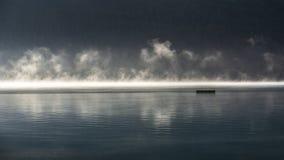Mgła na jeziorze obrazy stock