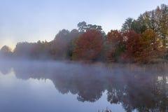 Mgła na wodzie w jesieni Obrazy Stock