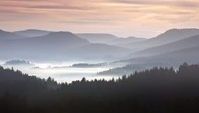 Mgła na wzgórzach w ranku krajobrazie Fotografia Royalty Free