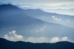 Mgła nad góra w dolinnych himalaje górach obrazy royalty free