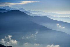 Mgła nad góra w dolinnych himalaje górach obrazy stock