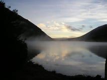 mgła nad jeziorem rano Zdjęcia Royalty Free