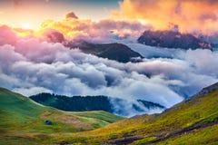 Mgłowa lato scena w Val Di Fassa dolinie Zdjęcie Stock
