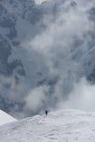 Mgłowe chmury wzrasta od wysokogórskiego halnego lasu Obrazy Royalty Free