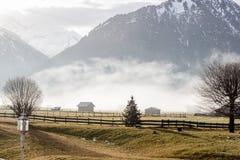 Mgłowego pogórza wiejski lanscape Zdjęcie Stock