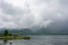 Mgłowy jeziorny Bratan, Bali wyspa, Indonezja Zdjęcie Royalty Free