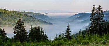 Mgłowy krajobraz w górach Zdjęcie Royalty Free