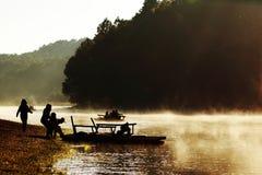 Mgłowy na jeziorze gdy sunries Obrazy Royalty Free