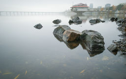 Mgłowy ranek na Zaporoskiej rzece w tle miasto Dnepropetrovsk, Ukraina Obrazy Royalty Free