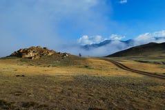 Mgłowy ranek w górach Syberia obrazy royalty free