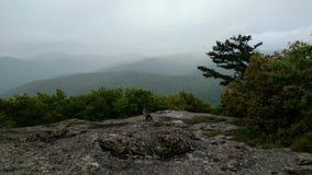 Mgłowy widok górski na szpieg skale Obraz Royalty Free
