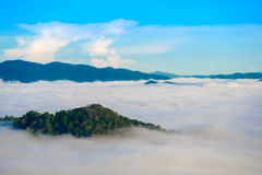 Mgła przy Khao Phanoen Thung, Kaeng Krachan park narodowy w Th Obraz Stock
