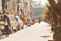 MG väg Gangtok Sikkim Indien December, 26, 2018: Lyxiga bilar som parkeras på gatasida nära trottoar på konkret parkera område i  arkivfoto