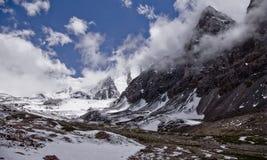 Mgła w górach, rockowi lodowowie Fotografia Royalty Free