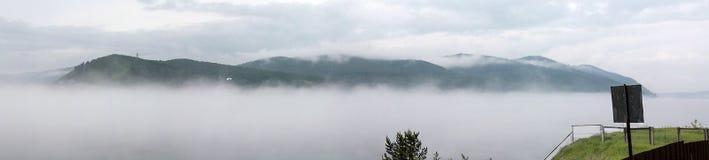 Mgła w Listvyanka na Jeziornym Baikal (panorama) Zdjęcie Stock