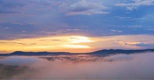 Mgła wzrasta po deszczu przy zmierzchem: Khao Kho, Phetchabun, Tajlandia Obrazy Stock