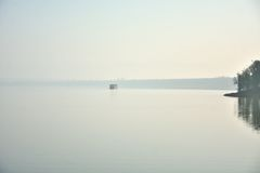 mgły jezioro w Zhejiang Chiny Zdjęcia Stock
