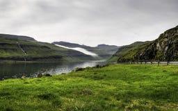 Mgły lying on the beach na górach, Faroe wyspy, Dani, Europa Fotografia Stock