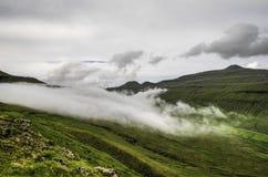 Mgły lying on the beach na górach Faroe wyspy, Dani, Europa Zdjęcia Stock