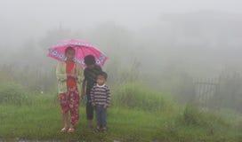 Mgła górska wioska Obrazy Stock