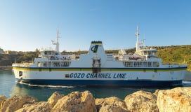 Mgarr, МАЛЬТА - 16-ое апреля: Паром пересекает канал Gozo в Mgarr, Мальту 16-ого апреля 2015 Линия канала Gozo приводится в дейст Стоковые Фотографии RF