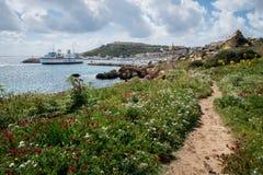 Mgarr-Hafen Ansicht Fährenlinie, die den Gozo-Hafen Mgarr betritt stockbild