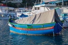 Mgarr hamn, Malta - Maj 8, 2017: Traditionell Maltasecolorfullfiskebåt i den Gozo ön Royaltyfri Bild