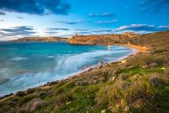 Mgarr Malta - den berömda Ghajn Tuffieha fjärden på den blåa timmen på ett långt exponeringsskott royaltyfri fotografi