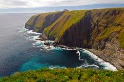 Mgiełka i Sun na Dalekich ocean falezach obrazy royalty free