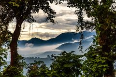 Mgliści wzgórza przy zmierzchem, Gwatemala fotografia stock