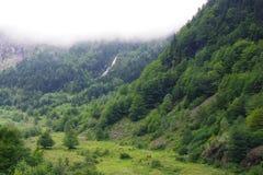 Mglista chmura przed zieloną górą, niebo jest bława zdjęcie royalty free