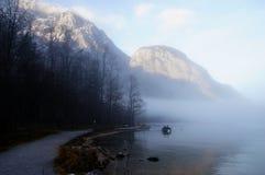 Mglista przesłona nad królewiątka jeziorem Fotografia Stock