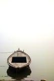 Mglista ranek łódź na Ganges Fotografia Royalty Free