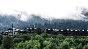 Mglista ranek mgła nad drewnianymi chałupami w górach zbiory