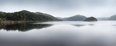 Mglista ranku krajobrazu panorama nad spokojnym jeziorem w jesieni Zdjęcie Royalty Free