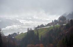 Mglista wioska w Alps, AUSTRIA/STUMM Zdjęcia Royalty Free