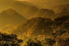 Mgliste góry i ranku światło zdjęcia stock